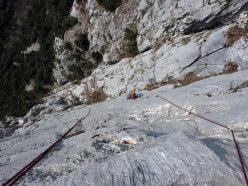 Sul tiro chiave della via La ritrovata gioia di arrampicare, Pian della Paia.