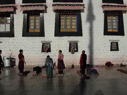 Lhasa, pellegrini sul Jokhang,il tempio centrale di Lhasa, giugno 2007