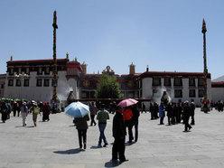 La piazza del Jokhang, maggio 2007