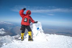 Danilo Callegari in piedi sulla cima del Monte Elbrus 5.642 metri