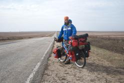 Semplice autoscatto lungo una strada che taglia le immense pianure ucraine.