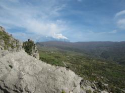 Dalla falesia stupendo panorama sul Bosco di Mangalavite e su una delle tante eruzioni della lontana Etna.