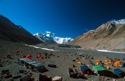 Everest e il campo base visto dal Tibet