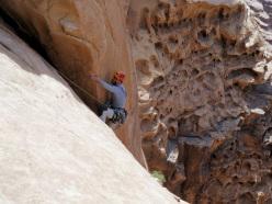 Arrampicata e incastri a wadi Rum, nel deserto di Lawrence d'Arabia