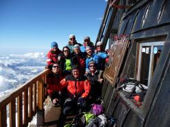 Il gruppo di docenti ed allievi dellla seconda edizione del Master di Medicina di montagna, con Silvio Mondinelli ed Erminio Sertorelli, alla Capanna Margherita nella prima delle giornate di lezione pratica sul campo.