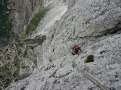 Sulla parte alta della via aperta da Lorenzo Massarotto e Vittorio Chenet sul Pilastro dei Finanzieri, Cima dei Lastei, Pale San Martino.
