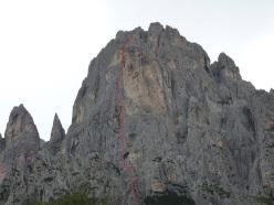 L'approssimativo tracciato della via aperta da Lorenzo Massarotto e Vittorio Chenet sul Pilastro dei Finanzieri, Cima dei Lastei, Pale San Martino.