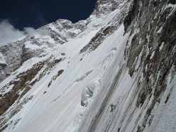 Hansjörg Auer traversing at 5600m