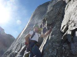 Marco Anghileri sulla via Cassin alla parete NE del Pizzo Badile