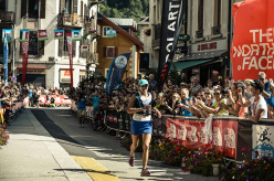L'atleta USA del team The North Face, classificata prima tra le donne con il nuovo record, Rory Bosio all'arrivo.