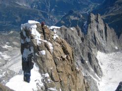 La cima del Pilone Centrale e sullo sfondo Courmayeur.