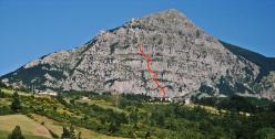 Monte Alpi da lontano e il tracciato della via della via Le Lisce d'Arpe (VI+, 460m) aperta da Rocco Caldarola, Cristiano Iurisci e Luigi Ferranti sulla parete Ovest.