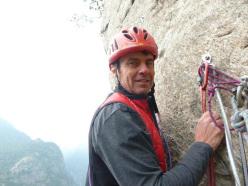 Andrea Giorda alla partenza della Prua di A Fil di Pagina su Le Pagine di Pietra, Forzo, Gran Paradiso