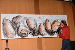 L'artista alpinista Simone Pedeferri nella sua performance pittorica alla serata Un ponte infinito dei Ragni di Lecco per l'apertura di High Summit
