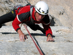 Ivo Rabanser sulla celebre placca Messner al Pilastro di Mezzo, Sas dla Crusc (Dolomiti).