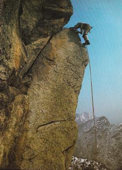 La famosissima foto del primo tiro della Gervasutti, scattata da Alessandro Gogna e pubblicata su 100 Nuovi Mattini. Nella foto è ritratto Gian Piero Motti che imita Gaston Rebuffat