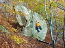Bouldering a Rocca Sbarua, una riscoperta? Il masso fu infatti per buona parte scalato da Gian Carlo Grassi.