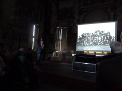 Pietro Crivellaro con le foto originali della fondazione Sella