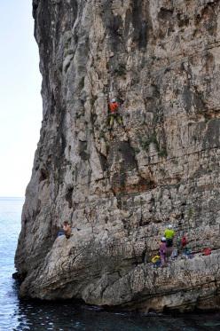 Maurizio Oviglia inizia ad aprire, è ben visibile il pescatore.