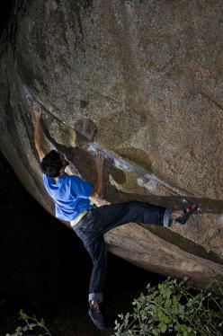Niccolò Ceria sale in stile flash il boulder Kula Sheika Bula 8A+