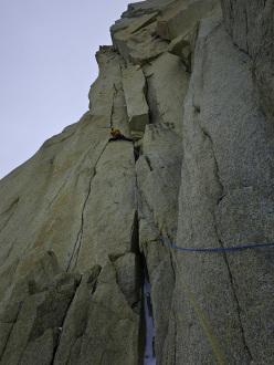 D'Artagnan (7a,C1, M6), Los tres Mosqueteros, Cerro Domo Blanco, Patagonia: David Gladwin climbing perfect splitter cracks