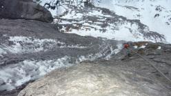 Robert Jasper e Wolfram Liebich durante la prima salita di The Black Death (WI7/M8, E5, 250m) a Kandersteg, Svizzera.