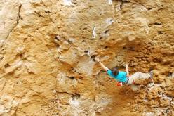 Stefano Ghisolfi ripete la via Grandi gesti 9a nella Grotta dell'Arenauta, Sperlonga.