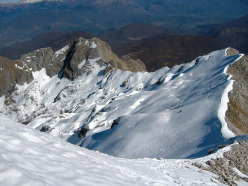 Ski mountaineering in the Apuan Alps: Carcaraia face seen from the summit of Tambura