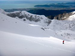 Ski mountaineering in the Apuan Alps: admiring the Versilia coast and the gulf of La Spezia from the West Face of Sagro