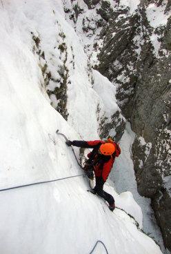 Antonio sui ripidi pendii ghiacciati del 3° tiro.