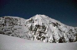 La luna splende e ci accompagna per tutto il lungo viaggio di ritorno. Qui illumina l'Acquaviva e la parete E della cima Murella (a dx).