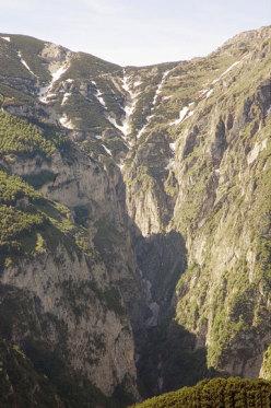 Visione frontale della Valle Inferno, in alto la sella della Carozza (2140m), in basso la forra ancora zeppa di neve (luglio)