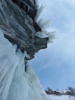 Eisarena Umbaltal: Peter Ortner climbing Black Pearl, M8-