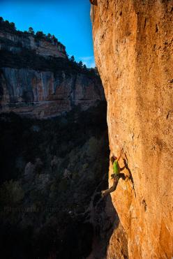 In arrampicata a Siurana, Spagna