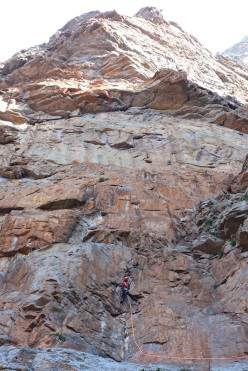 Jeff Arnoldi on pitch 1 of Le non-sens et la joie (Arnaud Petit, Jeff Arnoldi) Cascioni West Face, Corsica
