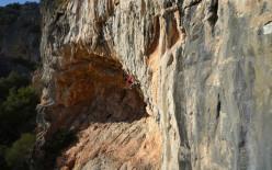 Simone Sarti arrampica a Conca Arrubia.