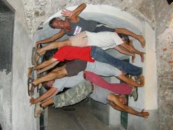 Un tentativo di allargare un vicolo durante la festa dei Gumbi