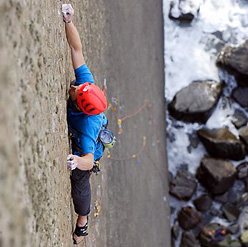 James Pearson durante la prima salita di The Walk of Life, E12 7a a Dyer's Lookout, North Devon, Inghilterra.