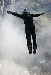 Thomas Huber salta dalla Cima Ovest, Tre Cime di Lavaredo, Dolomiti.