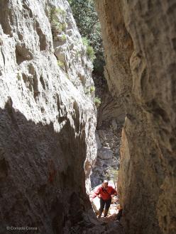 La stretta frattura attraverso la quale occorre passare per raggiungere il villaggio di Tiscali