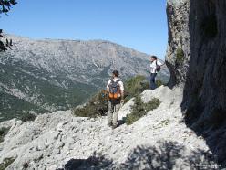 Ampi panorami sul Supramonte si aprono all'escursionista che affronta la salita al Monte Tiscali