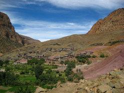 Taghia, il piccolo villaggio con appena 400 abitanti che si trova ad una altitudine di circa 2000 metri, circondato da grandi pareti che talvolta superano gli 800 metri.