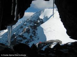 Il bivacco Città di Cantù e il Monte Zebrù visti dalla cresta s-e dell'Ortles