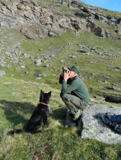 Mario Bizel, guardaparco nel Parco Nazionale del Gran Paradiso, e il suo cane Debby