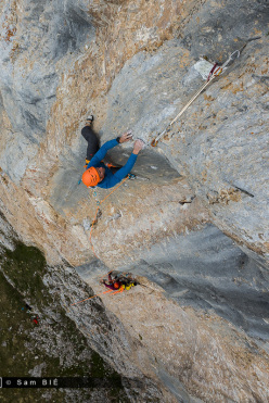 Cédric Lachat on pitch 2 (8a) of Orbayu, Naranjo de Bulnes, Picos de Europa, Spain