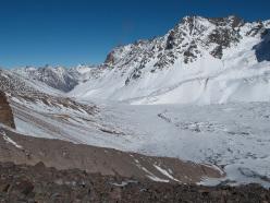 Valle La Engorda, sotto il Marmolejo, vista dalle cascate, con la traccia di avvicinamento e il piccolo campo base di Anna Torretta e Cecilia Buil al Cerro El Marmolejo (Cile)