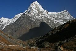 La bellissima Kang Nachugo (6735m) Rolwaling, Himalaya.