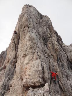 Punta Jolanda: two teams heading to the same summit