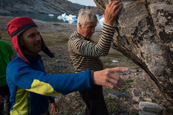 Nicolas Favresse mostra allo skipper il reverendo Bob Shepton dove fare il tallonaggio