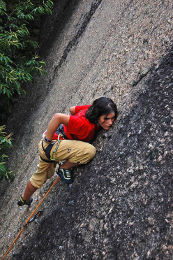 Sara Oviglia a 15 anni in Valle dell'Orco, sul suo primo 6c+ a vista